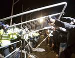 Протестующие пришли под парламент, но путь им перекрыли правоохранители