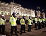 Полиция уверено охраняет здание парламента
