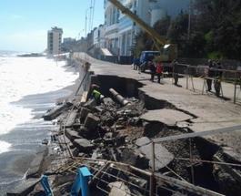 В Крыму шторм разрушил дорогу