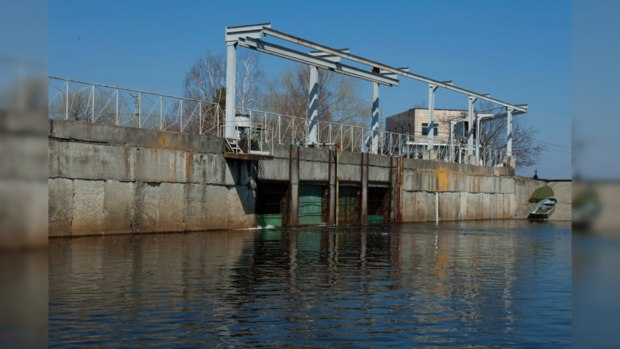 На выходе из ковша Днепровской станции водоподготовки работает воздушная завеса