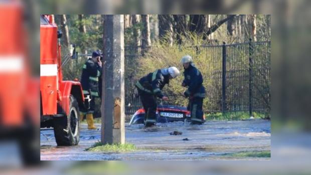 В Киеве под асвальт провалился автомобиль