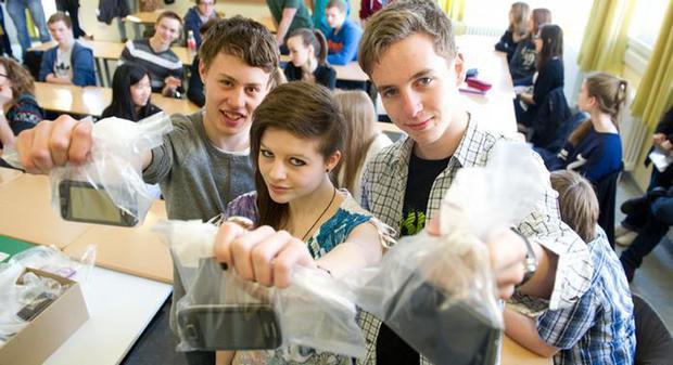 Участники эксперимента сначала неохотно сдавали мобильники и смартфоны