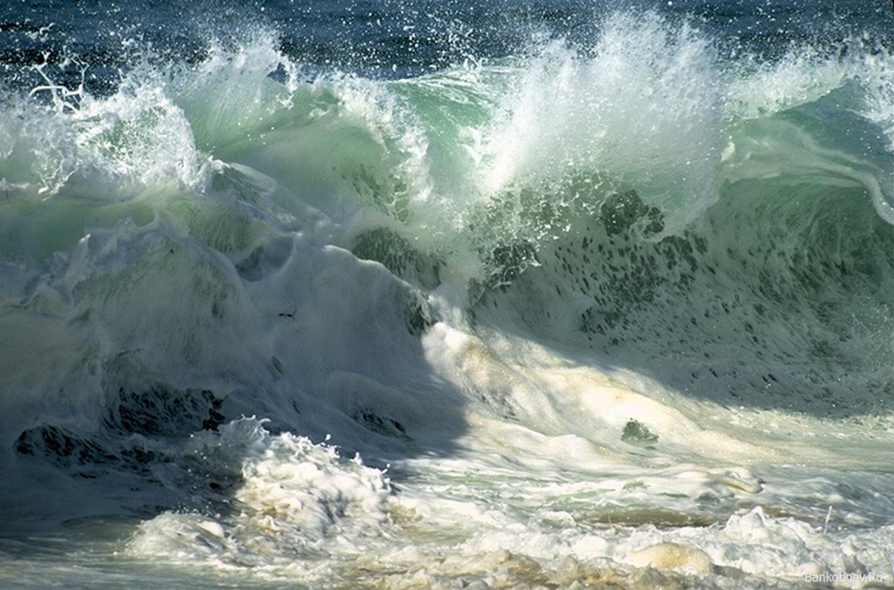 Волны на Черном море достигают 4 м.