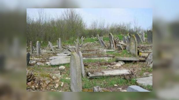 Вот так «детки» поразвлекались на старом еврейском кладбищем