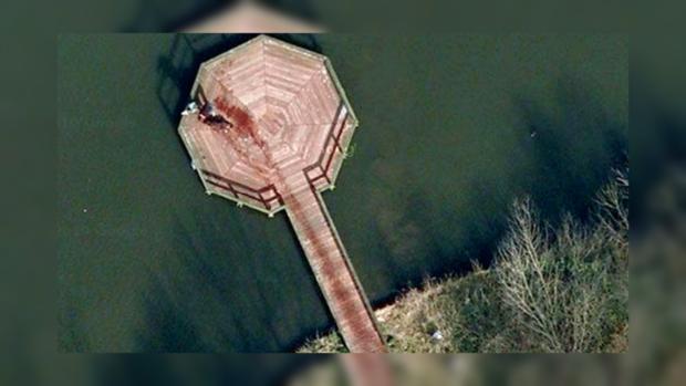 Пользователи заметили мужчину, тянущего труп к воде