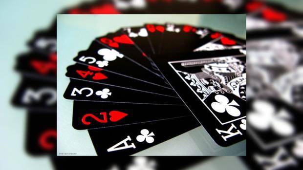 Конгрессмены в США играют в карты с изображениями русской мафии