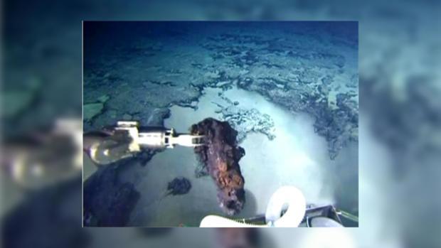 """Глубоководный аппарат """"Шинкель 6500"""" поднял с морского дна кусок гранита."""