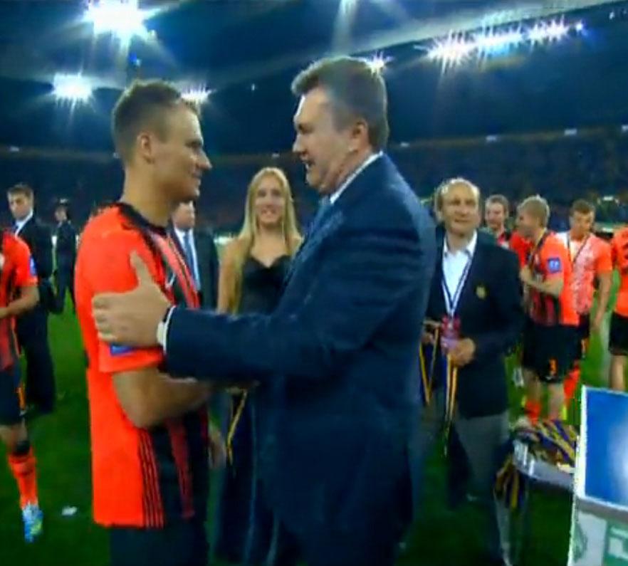 В награждении футболистов принял участие президент Украины