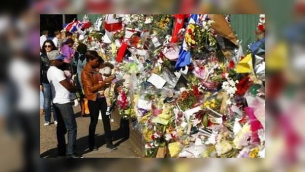Цветы, принесенные британцами в память об убитом