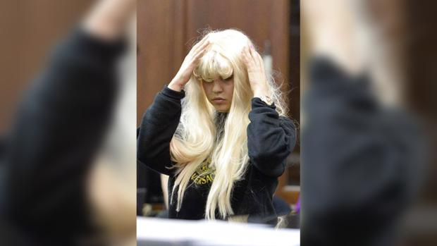Невменяемым поведением Байнс обеспокоены ее родители и коллеги