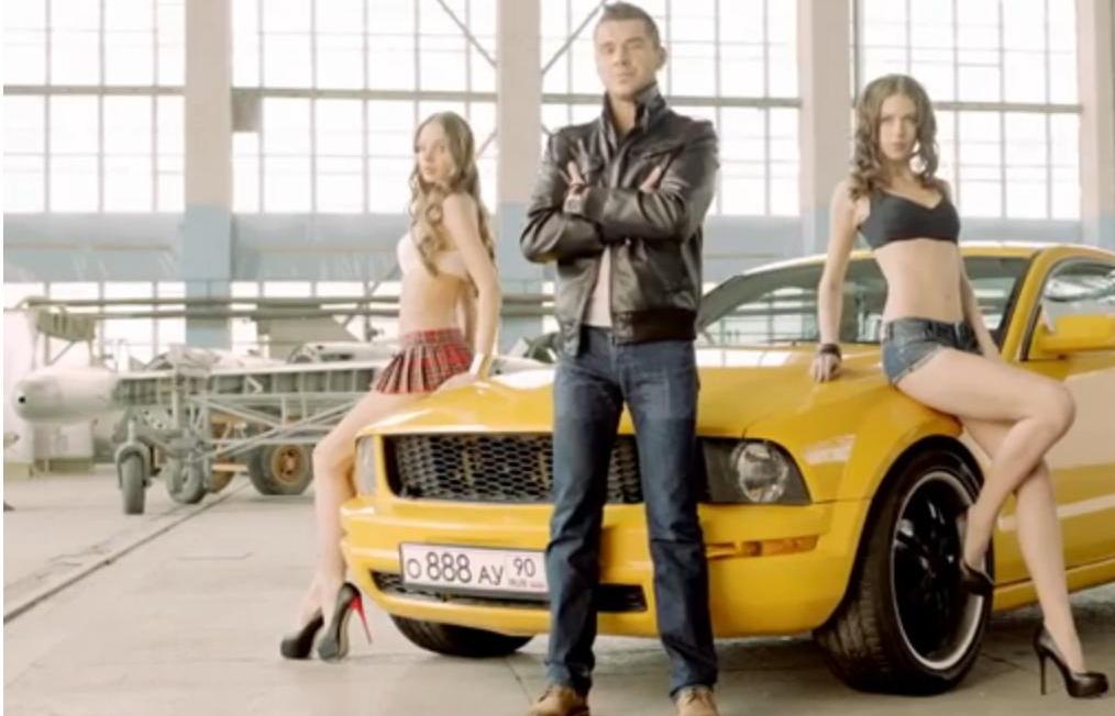 В новой рекламе Сильвио Халбека много красивых машин и их счастливых обладателей
