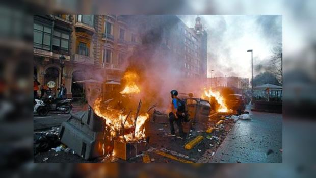 В знак протеста пожарные Барселоны жгли гробы