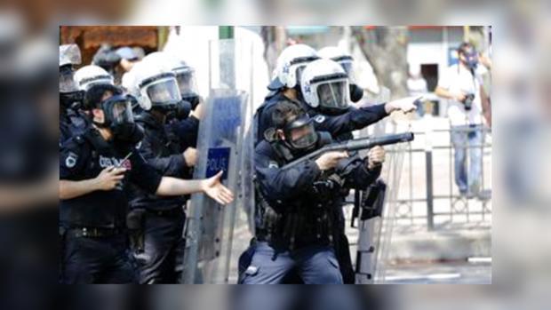 Полиция Стамбула применяет радикальные меры в борьбе с митингом