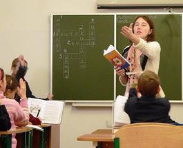 Азаров заберет у учителей надбавки