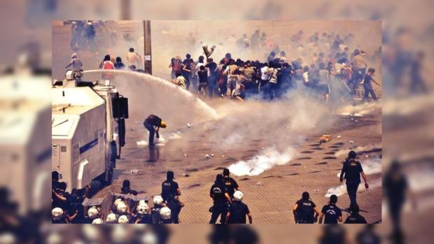 Полиция охлаждает разбушевавшуюся толпу