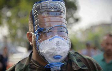 Люди защищаются от слезоточивого газа