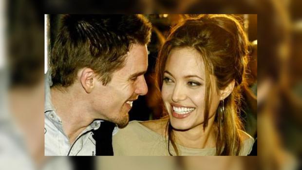 Итан Хоук часто вспоминает страстный поцелуй с Анжелиной Джоли