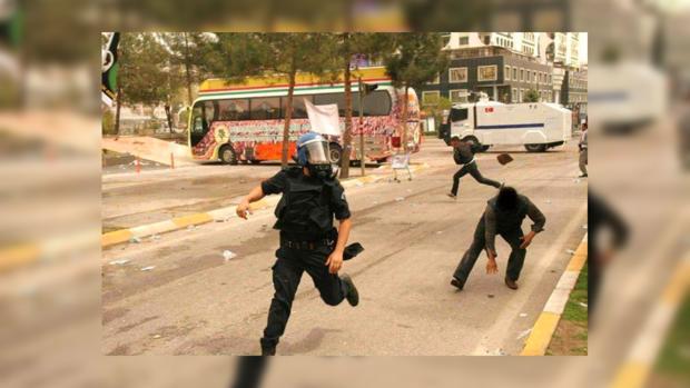 Полиция беспощадно расправляется с протестующими