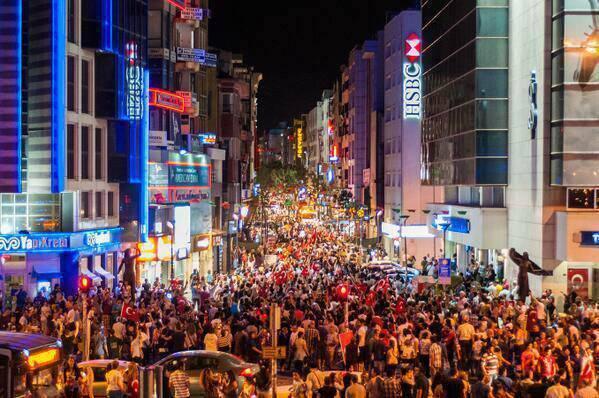 Тысячи людей на протесте в Измире