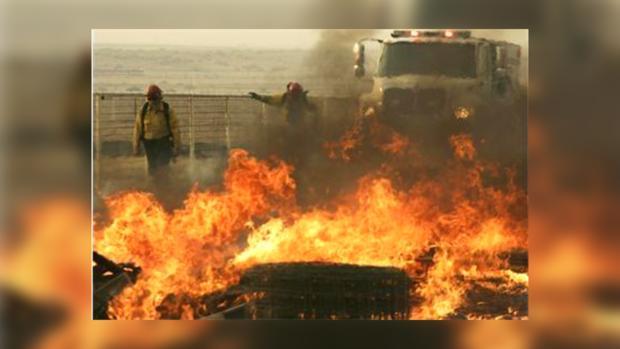 Пожарные как могут, сдерживают огненную стихию