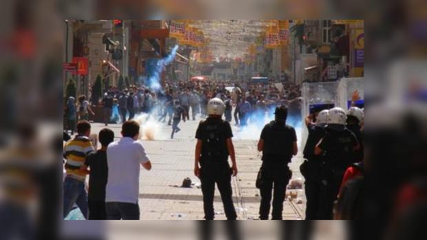 В Стамбуле продолжается борьба между протестующими и полицией