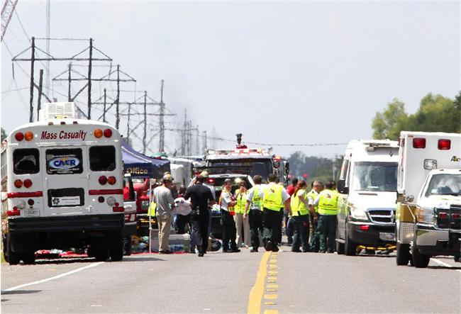 На месте работают спасатели и медики