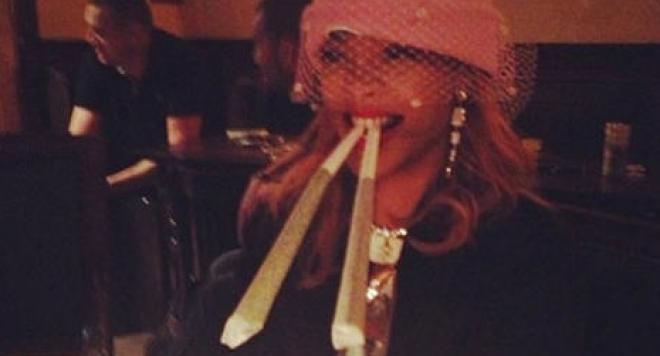 Певица Рианна курит травку в Амстердаме