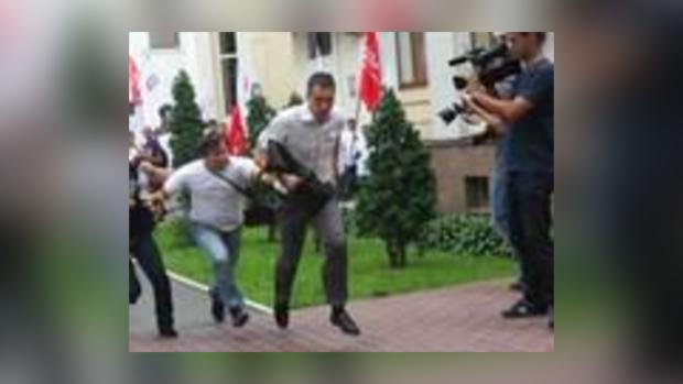 Мужчина напал на журналиста.