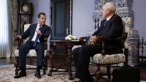 Медведев и Азаров на переговорах