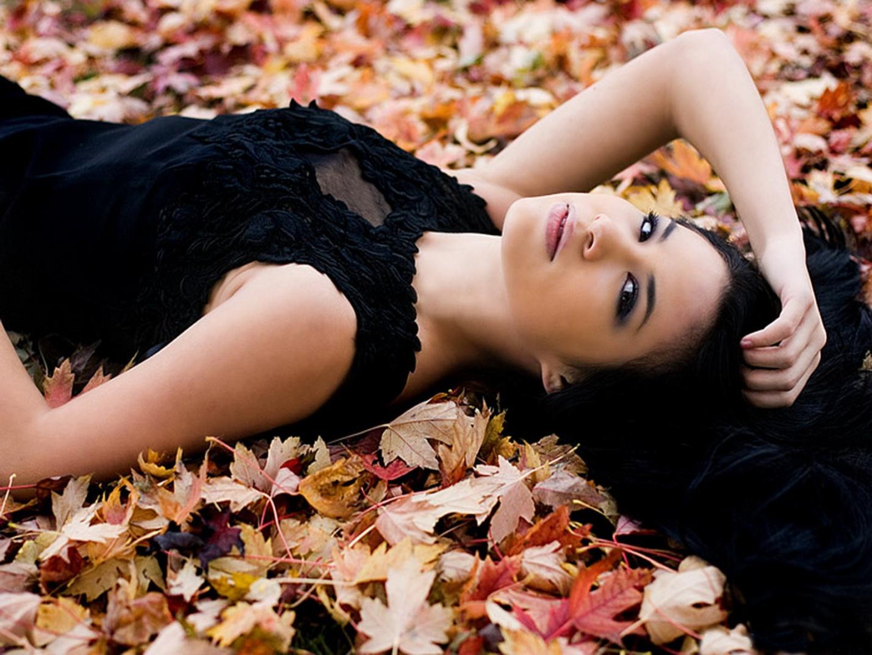 Фото красивых девушек брюнеток осенью 25 фотография