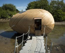 Британский художник соорудил себе деревянный плавучий дом-студию в форме яйца