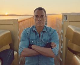 Звезда Голливуда Жан-Клод Ван Дамм завис в шпагате между двумя грузовиками