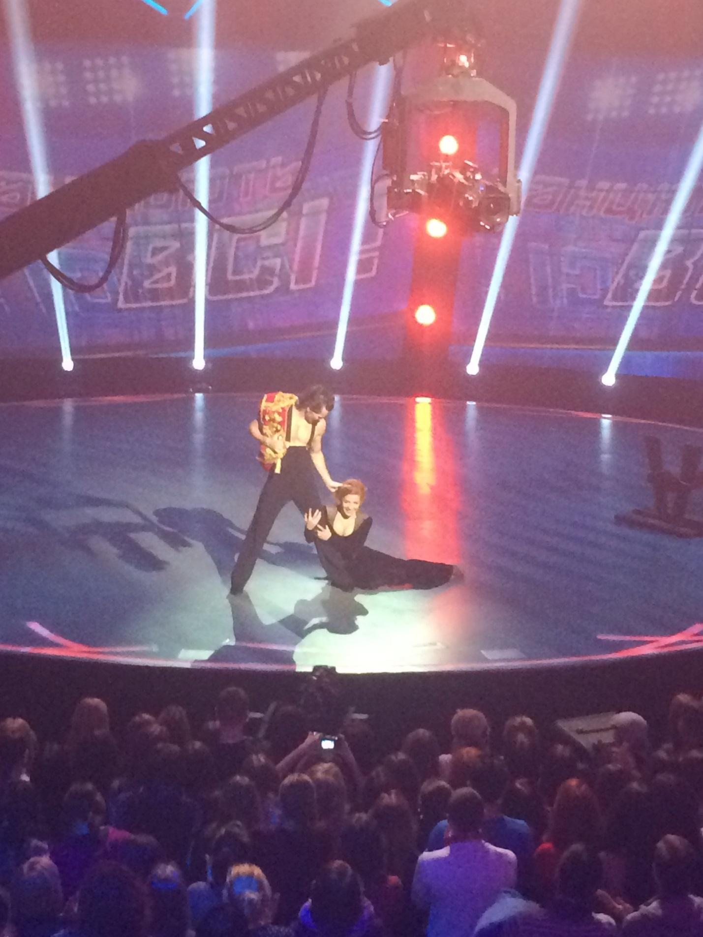 Девушки танцюють