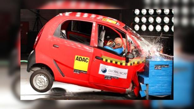 Автомобиль Tata Nano показывает свою нулевую безопасность во время краш-теста