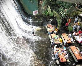 Отдых на Филиппинах разнообразит посещение интересного ресторана-водопада
