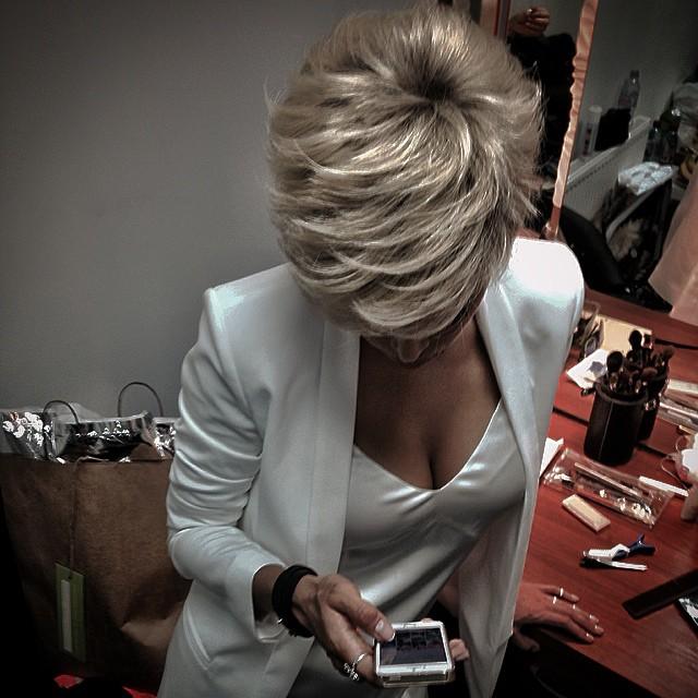 Фото девушки блондинки со стрижкой со спины