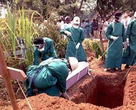 """Лихорадка Эбола """"записала в свой актив"""" почти 7 тыс. человеческих жертв"""