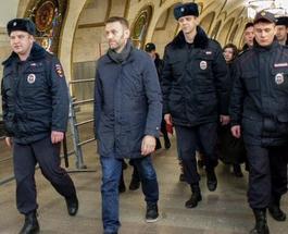 Алексей Навальный задержан в московском метро за раздачу листовок