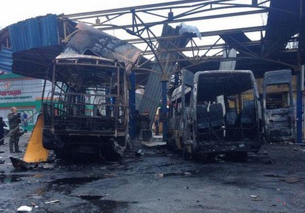 ВДонецке террористы расстреляли автобус, люди сгорели живьем class=