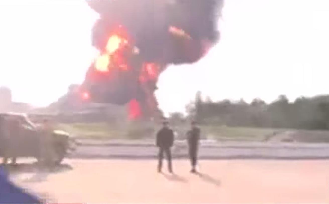 Спасатели потушили три цистерны нагорящей нефтебазе под Киевом