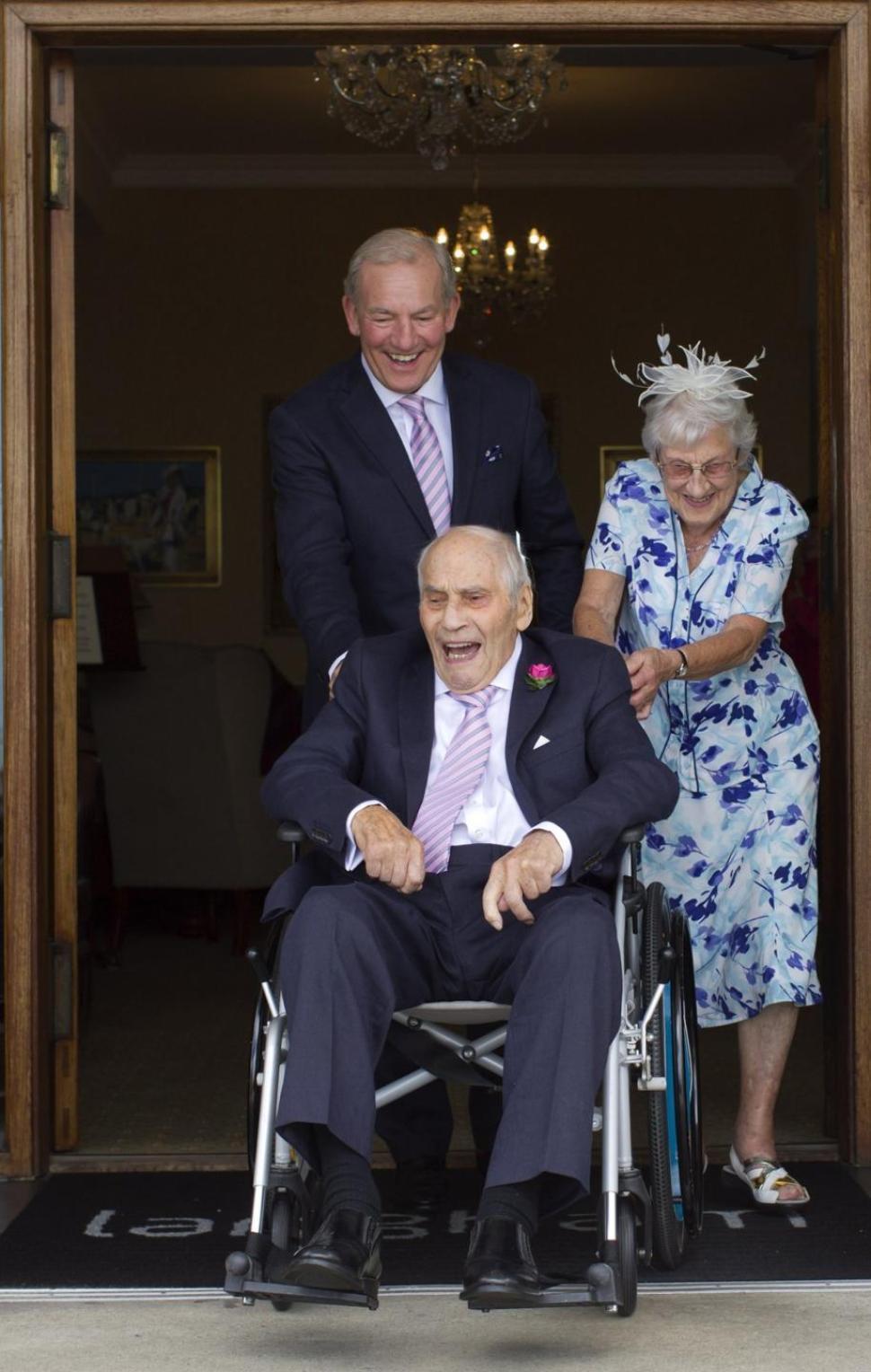 Фото на коленях перед невестой 14 фотография