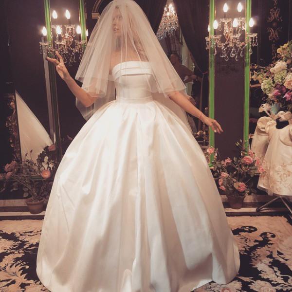 Оля Полякова надела изысканное свадебное платье ради показа