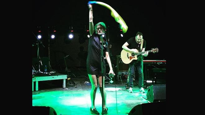 Певица Земфира на выступлении в Тбилиси размахивала украинским флагом - Новости - ИА REGNUM