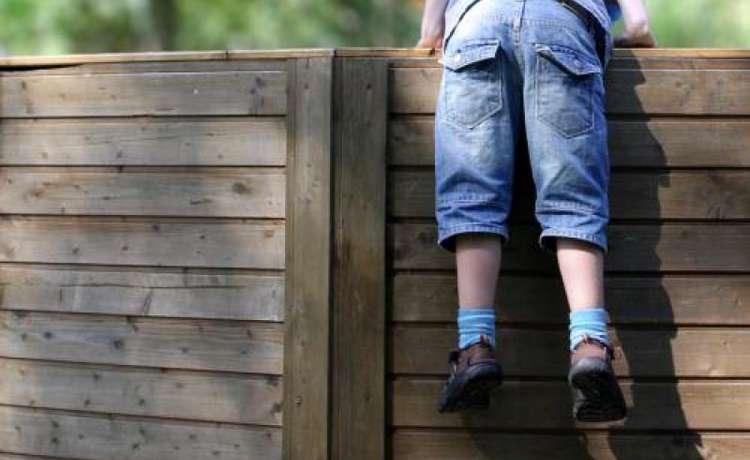 Астахов предложил огородить детские учреждения глухими заборами