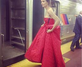 Экс-супруга Тома Круза шокировала пассажиров нью-йоркского метро, прокатившись в вечернем платье
