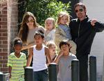 Брэд Питт и Анджелина Джоли признались, что хотели иметь двенадцать детей, но осилили только шестерых