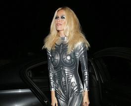 Клаудия Шиффер ошеломила эффектным облегающим костюмом на Хэллоуин
