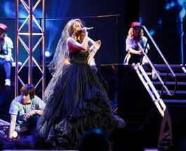Певица МакSим открыла премию MusicBox в образе готической невесты