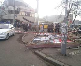 """""""Убойная"""" реклама: в самом центре Черкасс возле рынка упал рекламный щит, травмировав семерых человек"""