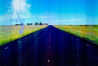 Интересное видео: в Австралии мощная молния едва не сожгла проезжающие по шоссе авто